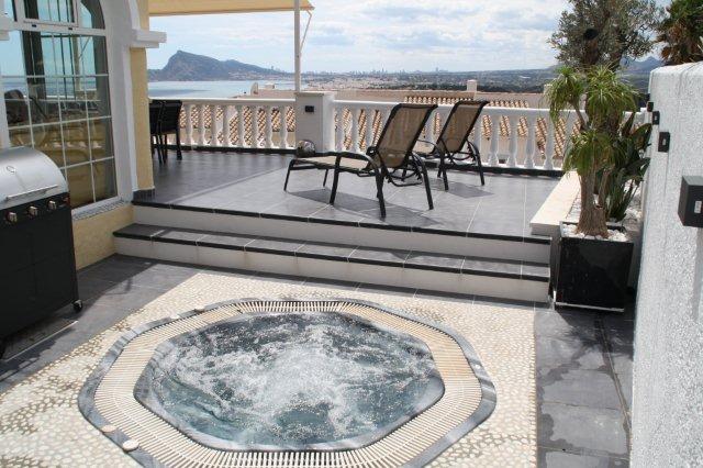 piscine jacuzzi. Black Bedroom Furniture Sets. Home Design Ideas