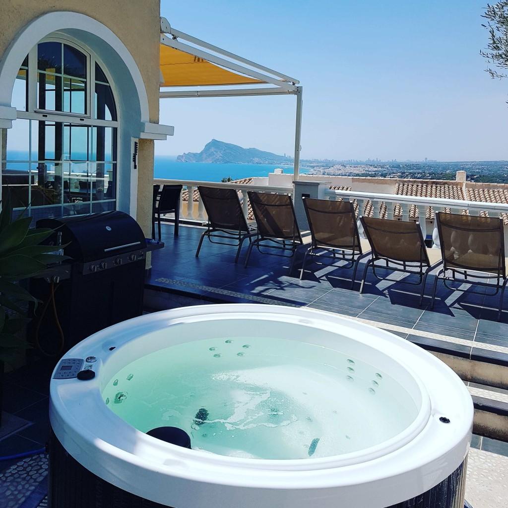 Terrasse 80 m2 avec spa (hydromassage, bain à remous, éclairage LED) et vue mer